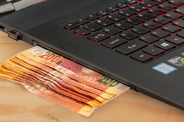 peníze v laptopu