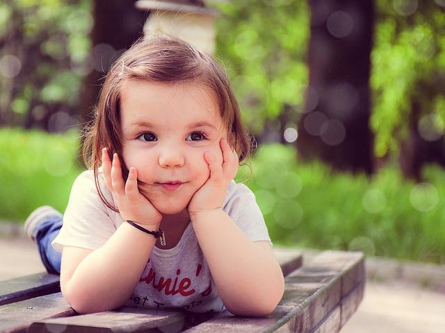 holčička na lavičce