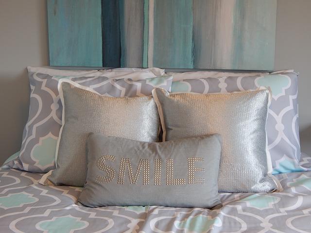 polštáře na posteli
