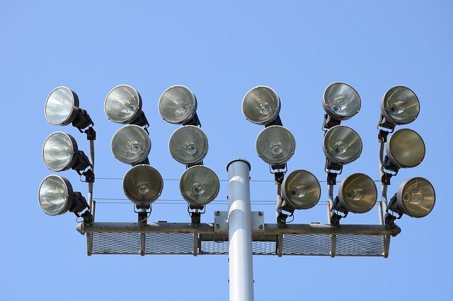 reflektory na stadionu