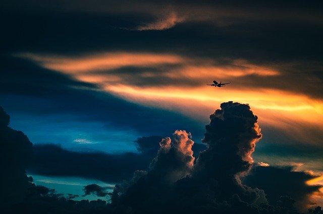 Letadlo vzlétající při západu slunce