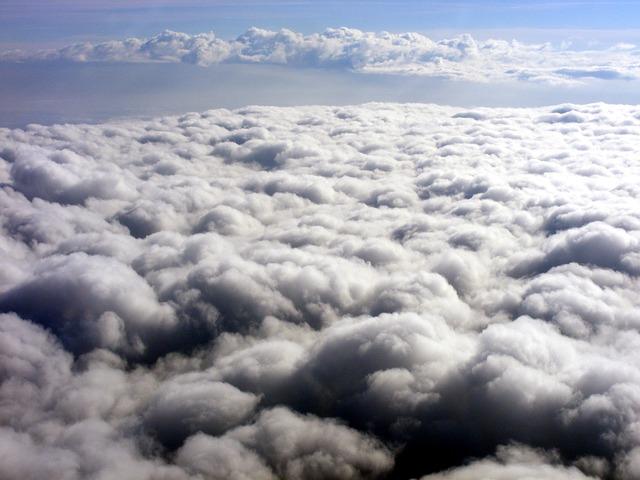 Výhled z letadla na oblaky