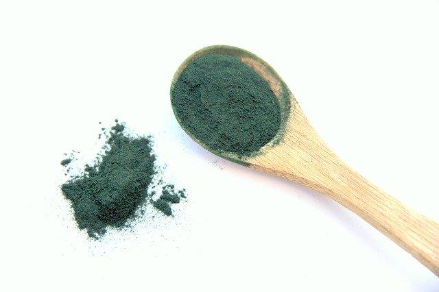 zelený prášek na lžičce